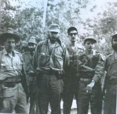 En-la-Comandancia-de-la-Sierra-Maestra_-En-el-centro-el-Comandante-en-Jefe-Fidel-Castro-y-a-su-izquierda-con-espejuelos-Julio-Camacho-Aguilera_Autor-Juventud-Rebelde-580x567